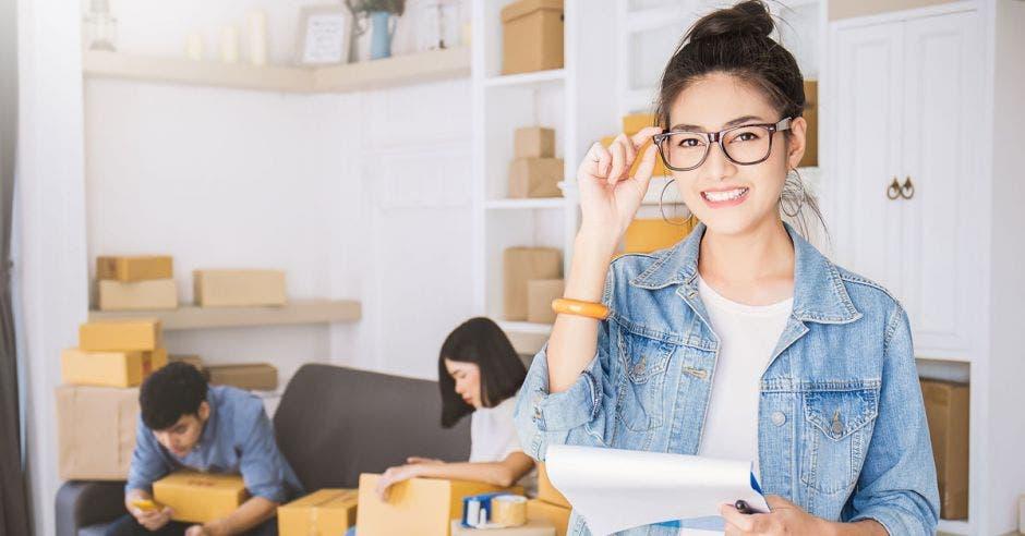mujer joven emprendedora con hoja blanca en la mano