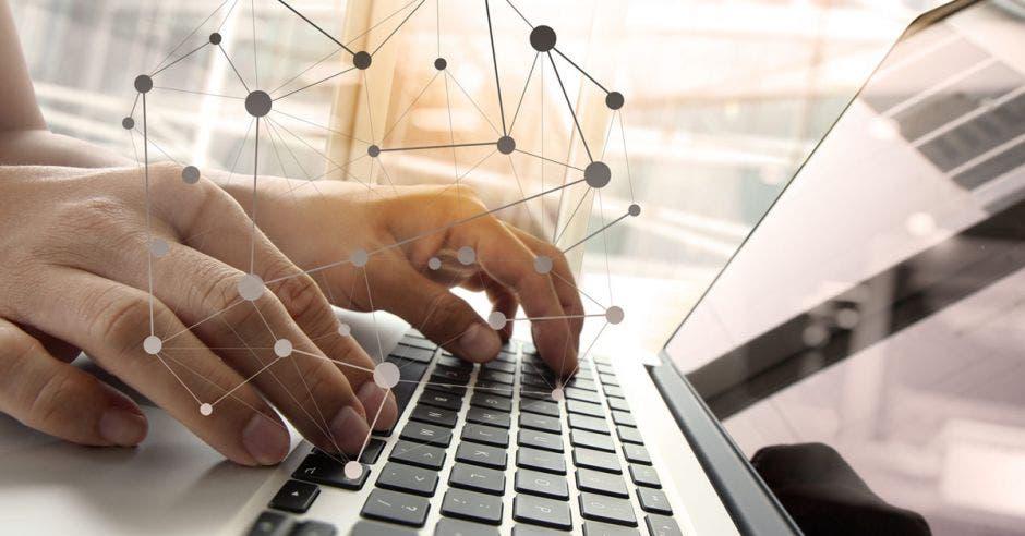 una persona manipula una computadora. Concepto de tecnología.