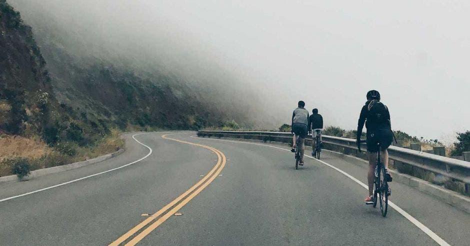un grupo de ciclistas recorre una zona montañosa