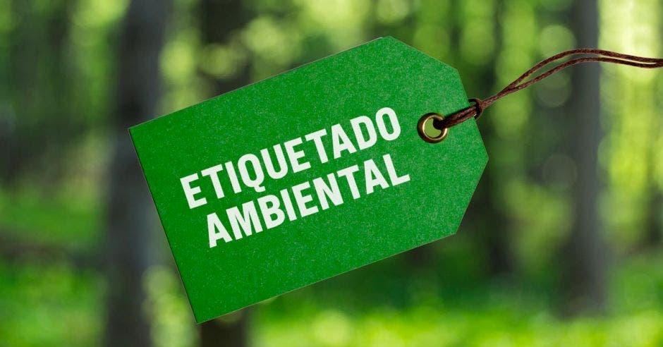 una etiqueta verde con la leyenda etiquetado ambiental