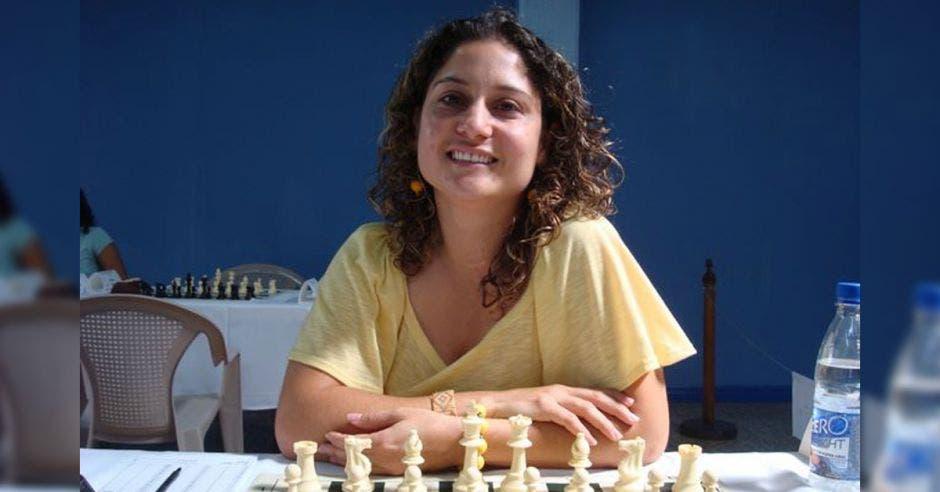 mujer ajedrez