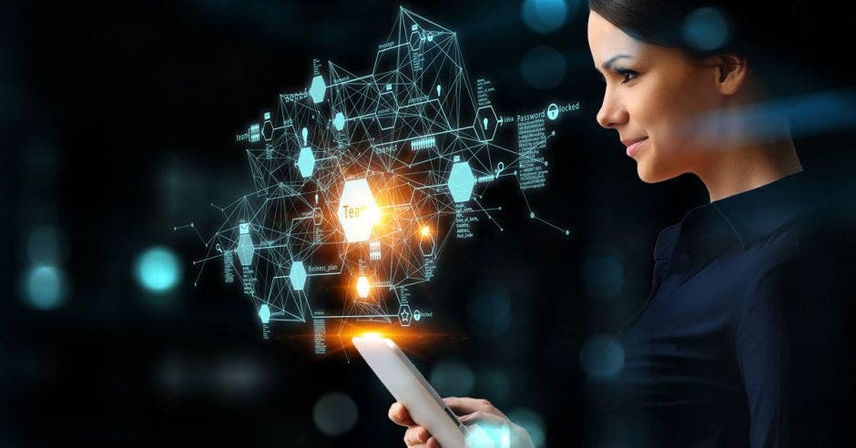 mujer con tableta electrónica en la mano frente a diagrama de tecnología