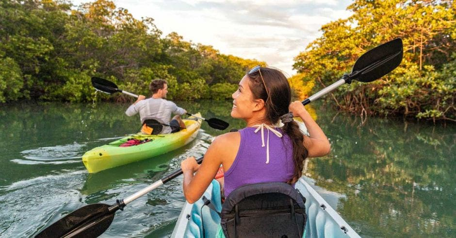 Pareja en kayak juntos en el manglar