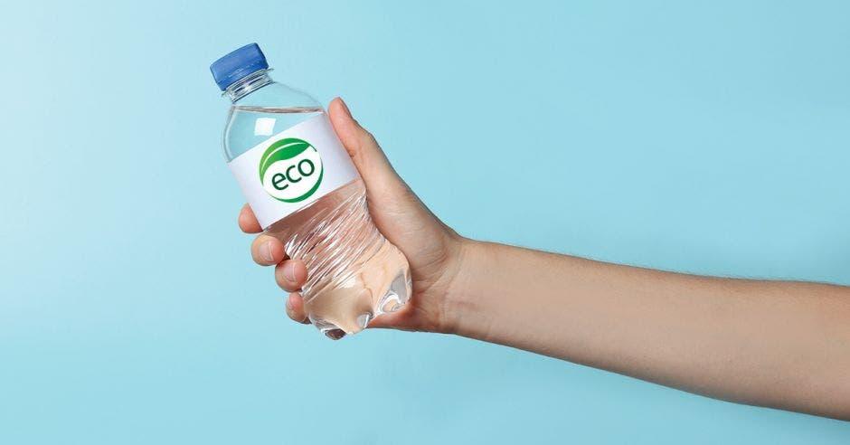 una persona sostiene una botella de agua con una etiqueta que dice eco