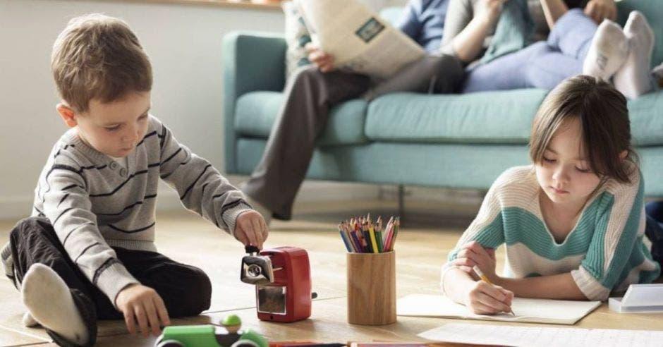 niños jugando en la sala de la casa