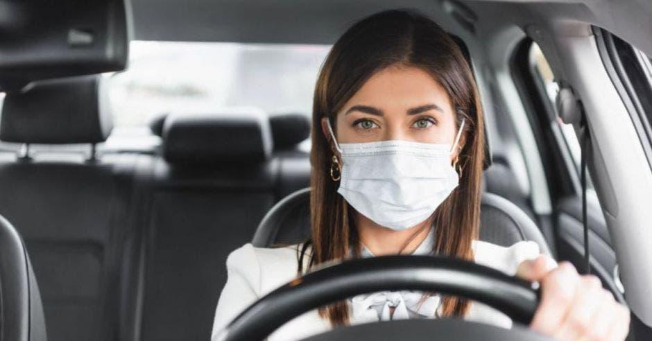 mujer conduciendo su vehículo