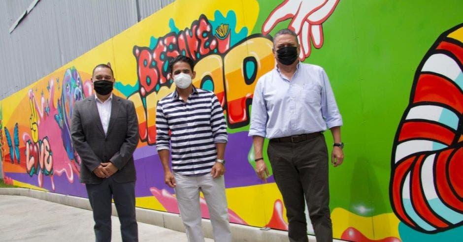 Esteban Sequeira, director general de Arcos Dorados Costa Rica junto al artista José Fernández y  Johnny Araya Monge, alcalde de San José. Cortesía/La República