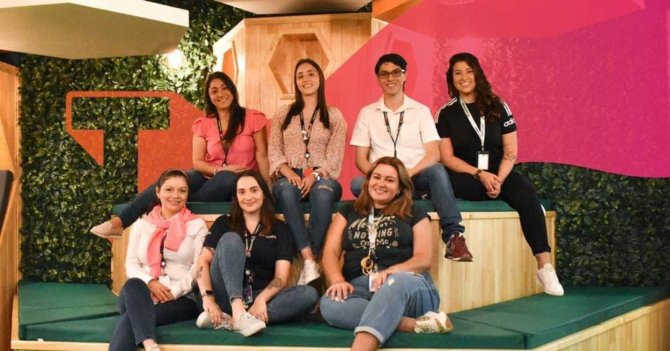 hombre y mujeres jóvenes empleados de Teleperformance