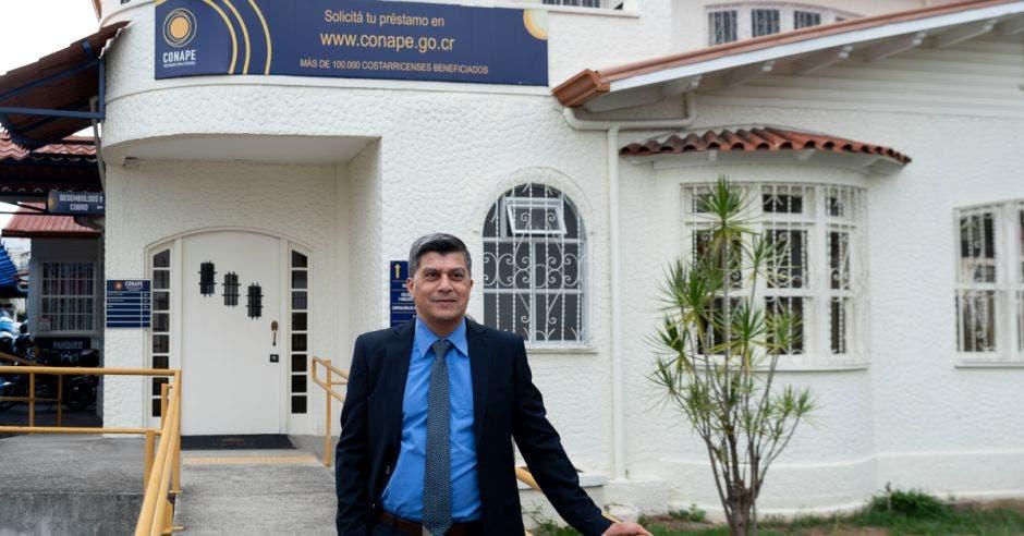 El trámite de solicitud de préstamo se puede hacer completamente en línea a través de la página www.conape.go.cr y el resultado estaría en 30 días hábiles, según Efraín Miranda Carballo, Secretario Ejecutivo de Conape. Cortesía/La República.