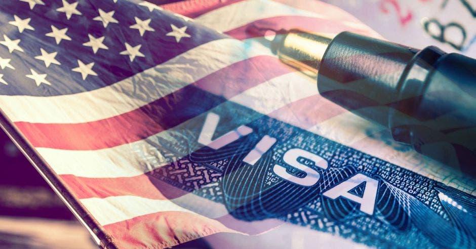 un lapicero sobre la imagen de una visa de los estados unidos