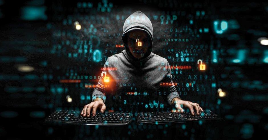 Hacker realizando un ataque informático