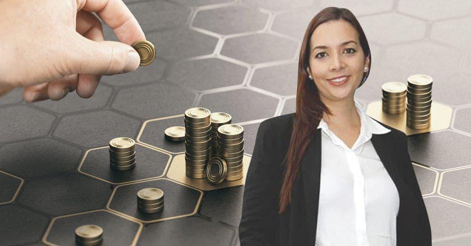 Mujer frente a monedas por bloques