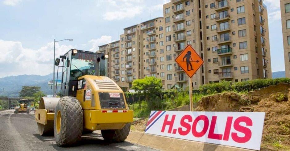 Maquinaria de H Solís en la carretera de Circunvalación