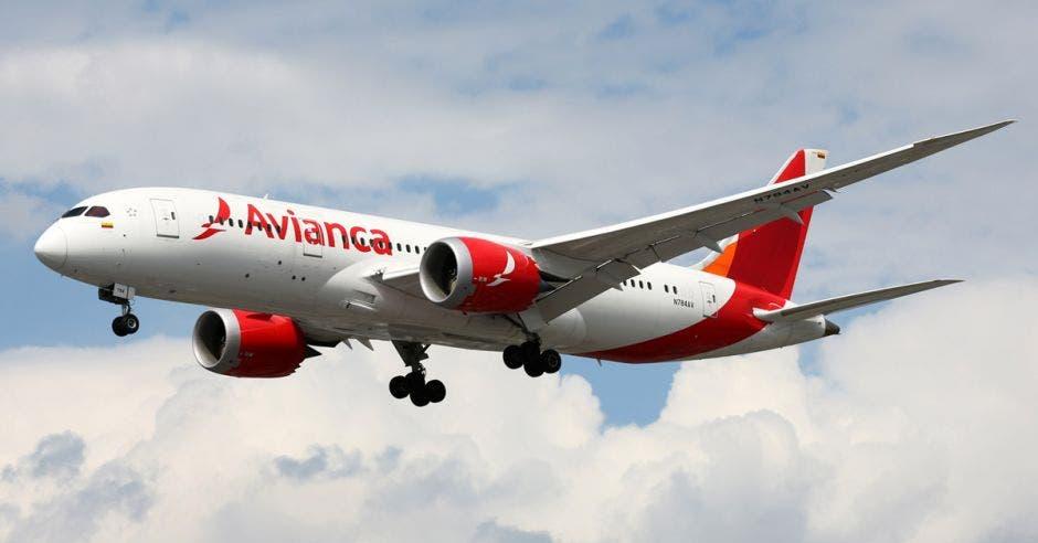 un avión blanco con rayas rojas