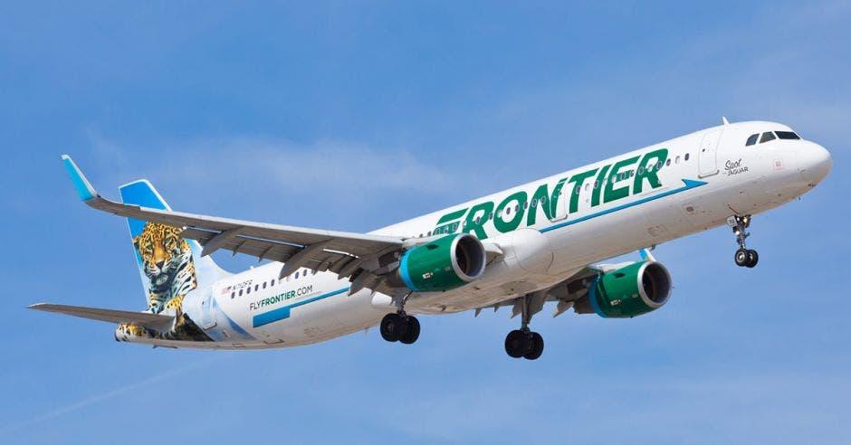 un avión blanco con las letras frontier escritas en uno de sus costados