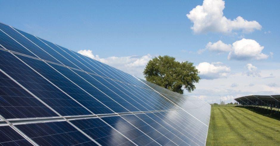 una granja solar con cientos de paneles