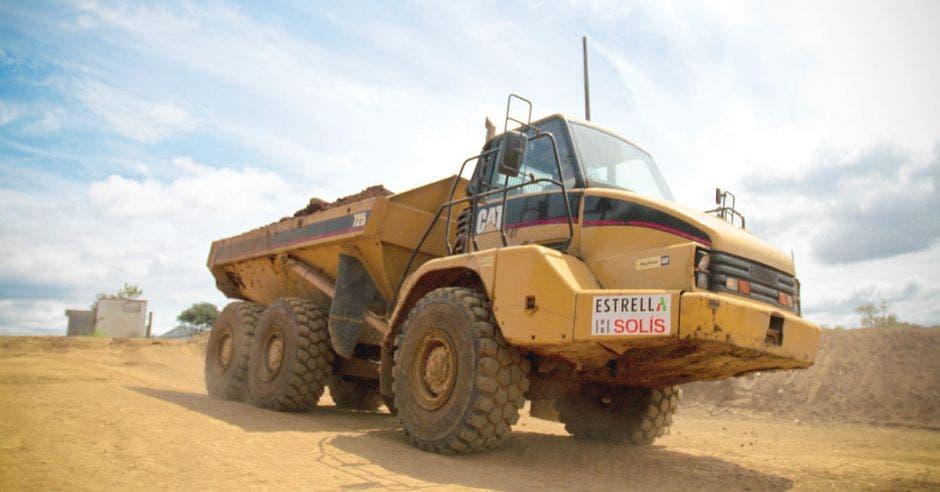 una vagoneta mueve tierra en una carretera de lastre