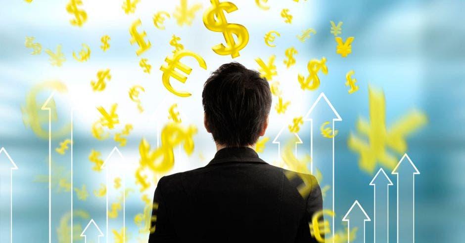Persona ve diferentes denominaciones de dinero