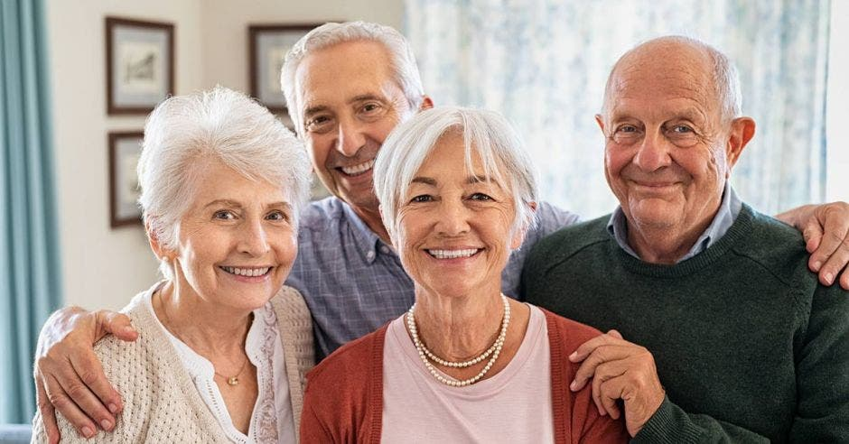 grupo de adultos mayores sonriendo