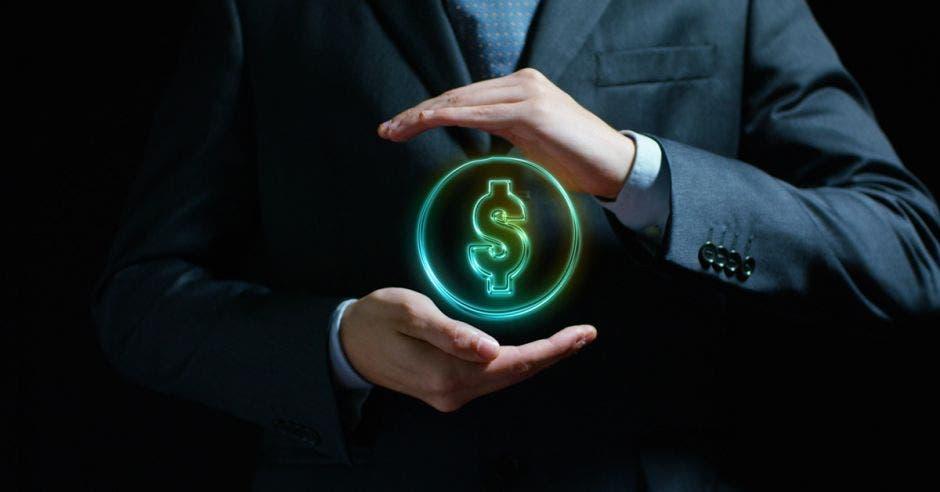 un hombre sostiene un signo de dólares en medio de su manos