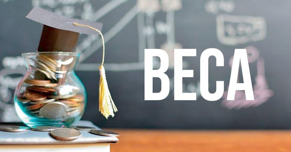 tarro de vidrio con monedas al interior, encima un birrete pequeño, al lado la palabra BECA