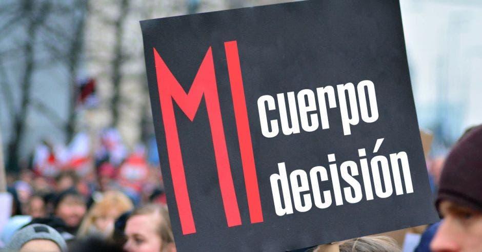 """letrero de pancarta negra con frase """"Mi cuerpo Mi decisión"""""""