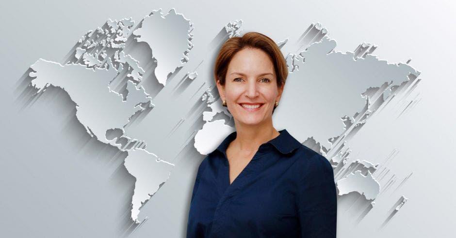 Mujer de azul frente a diseño de mapa
