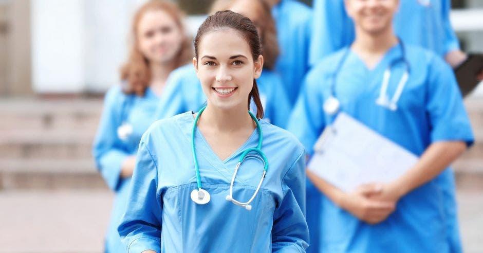 doctores con gabacha y estetoscopio