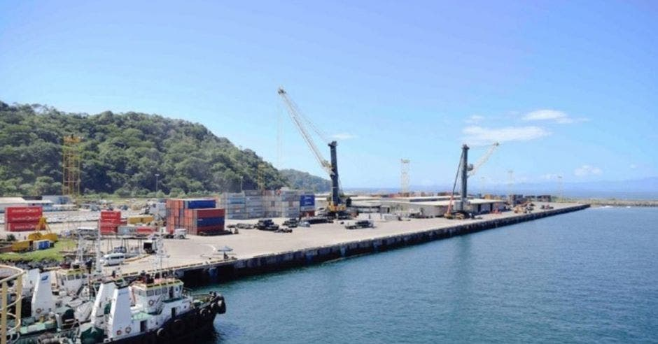 un puerto con grúas y entradas para buques de gran calado