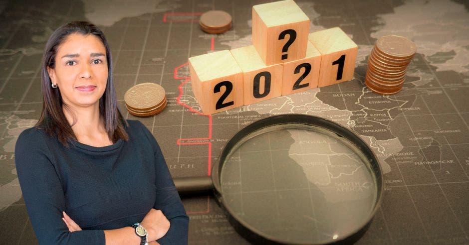 Mujer frente a lupa y bloque que dice 2021 con signo de pregunta