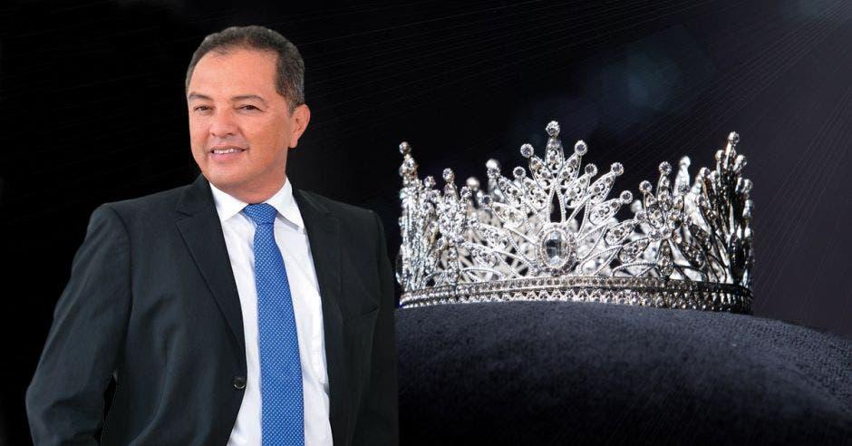 Hombre de saco y corbata sobre un fondo de Corona de plata diamantada para concurso Miss belleza de concurso, joyas decoradas con piedras