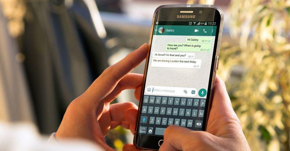 Persona utilizando Whatsapp