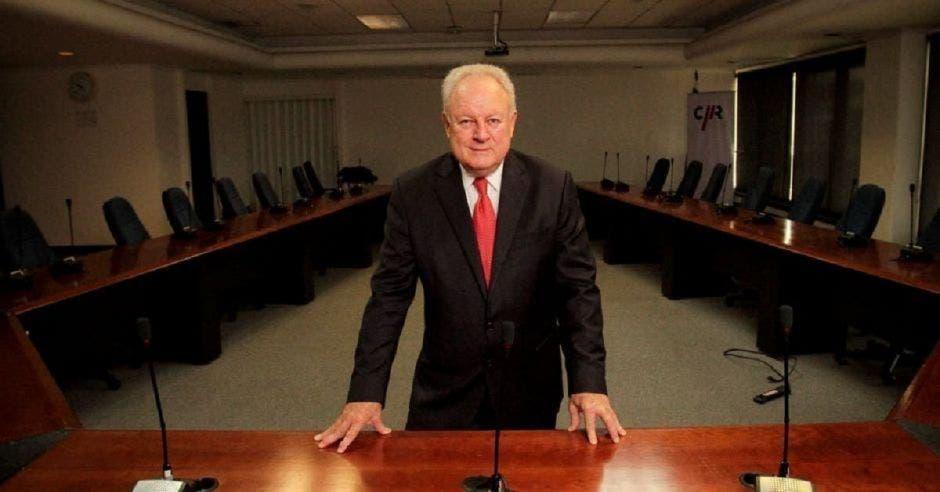 Hombre de traje en sala de conferencias