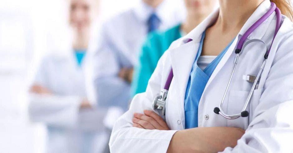 doctores con gabacha y equipo médico