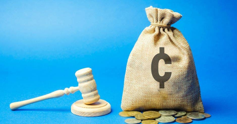 una bolsa de dinero sobre un fondo azul