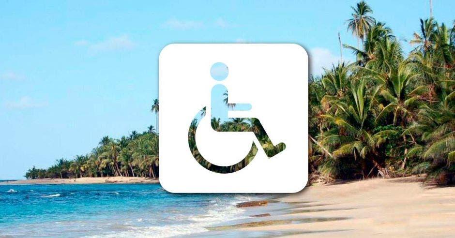 signo universal de accesibilidad sobre la imagen de una playa