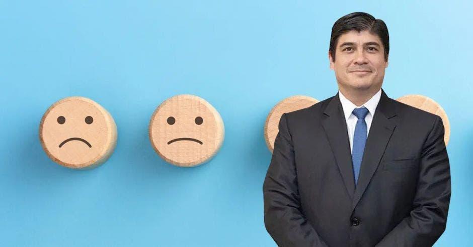Carlos Alvarado, de fondo caritas tristes de madera