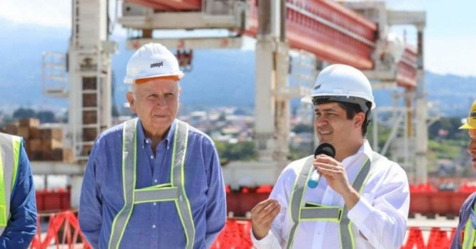 Rodolfo Méndez, ministro del MOPT, y presidente Carlos Alvarado.