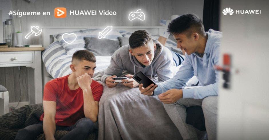 Jóvenes viendo Huawei Video