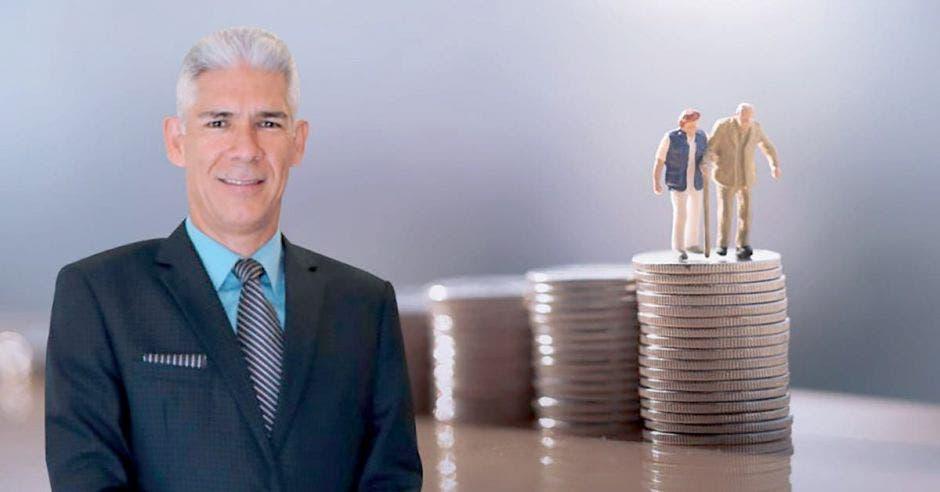 Hombre de traje frente a fila de monedas y adultos mayores en muñeco