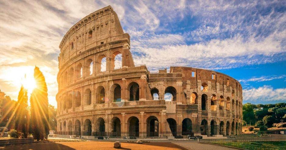 el coliseo romano imponente, al atardecer de roma
