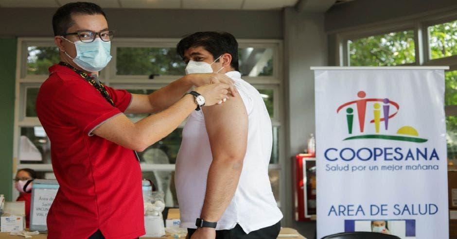 El mandatario Carlos Alvardo recibe la vacuna contra la Covid-19