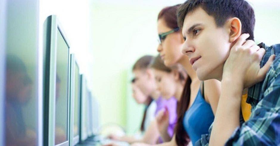 Jóvenes frente a computadora