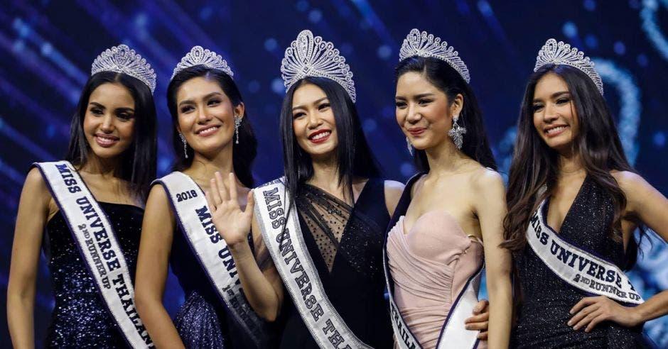 cuatro mujeres hermosas con una tiara de plata