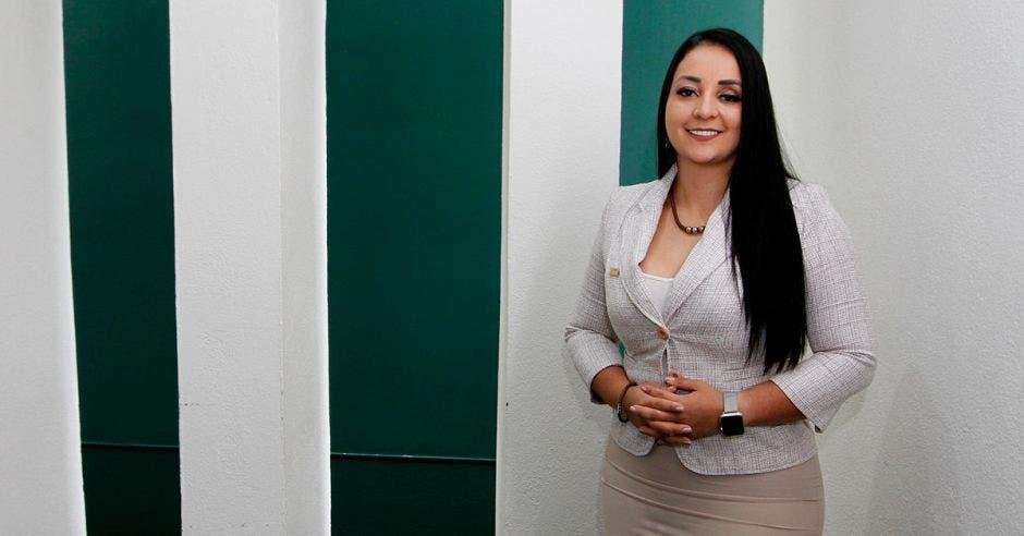 Mujer de blanco frente pared blanco y verde