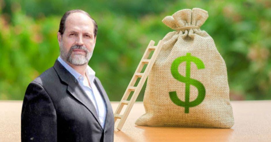 Hombre de traje frente a bolsa de dinero