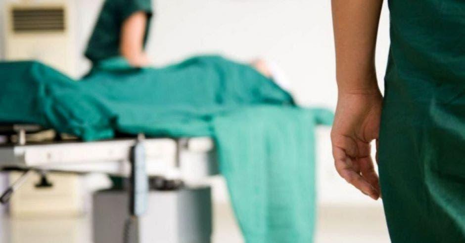 camilla de hospital en pasillo