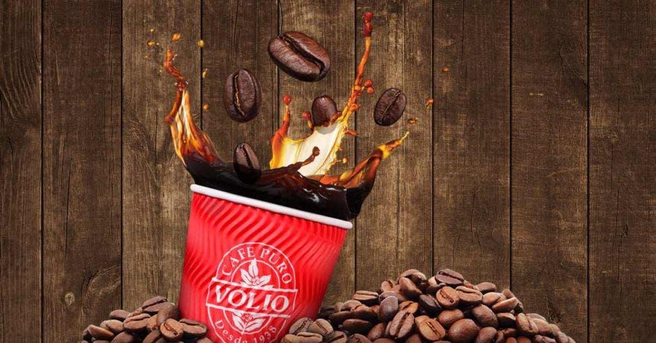 una taza de café con líquido saltando fuera de la taza