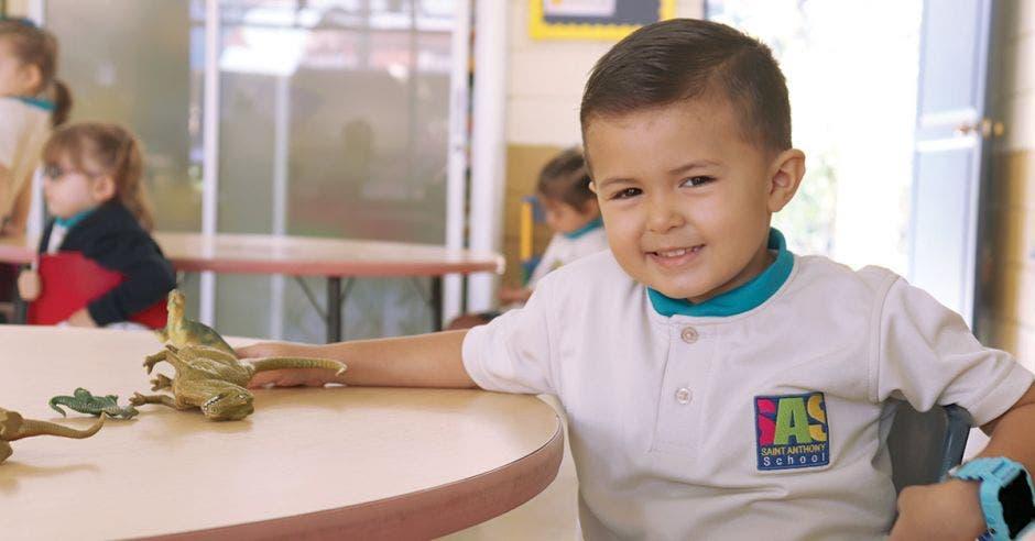niño de preescolar sentado en clase