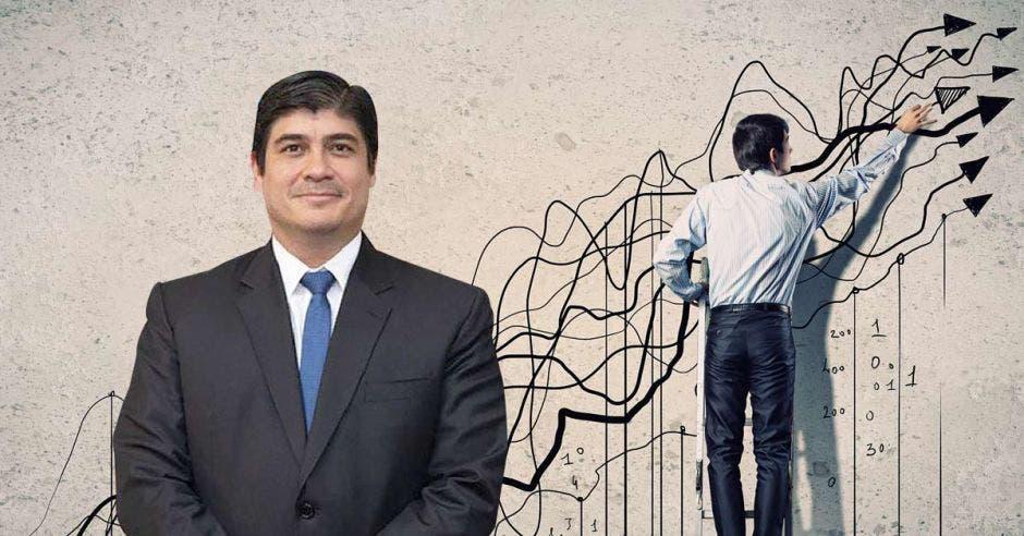 Carlos Alvarado frente a arte de persona con traje haciendo flechas en la pared